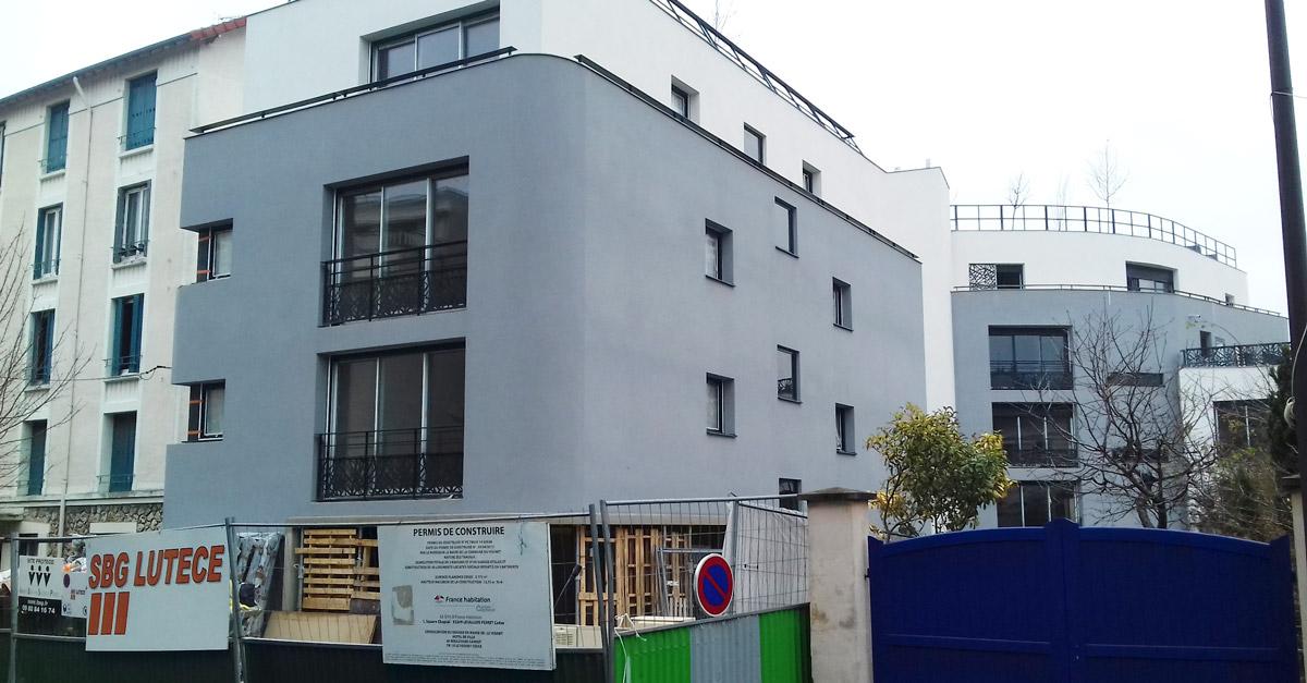Un gris « bunker » du plus bel effet, avec des petites fenêtres façon meurtrières